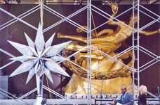 Swarovksi Star in front of Rockefeller Center´s Prometheus